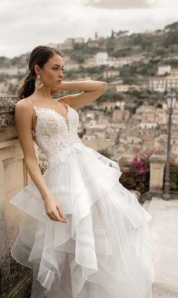 Свадебное платье с пышной многоуровневой юбкой
