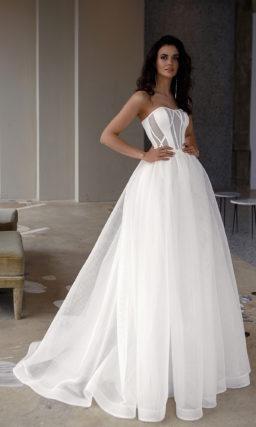 Свадебное платье с пышной юбкой и корсетом