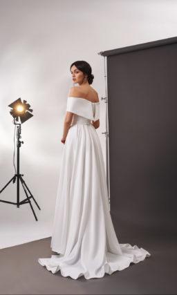 Атласное свадебное платье с приталенным силуэтом