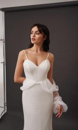 Свадебное платье прямого кроя на тонких бретелях