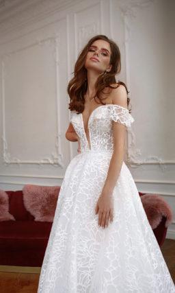 Свадебное платье с акцентом на зоне декольте