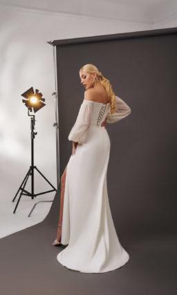 Свадебное платье прямого кроя из молочного атласа