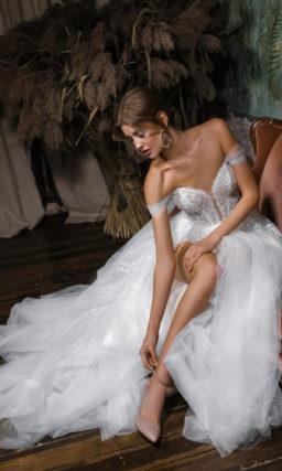 Свадебное платье с высоким разрезом