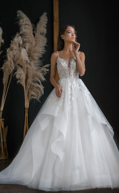 Свадебное платье с симметричным рисунком