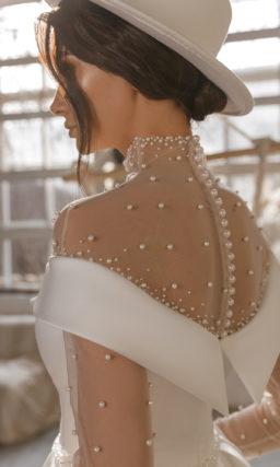 Свадебное платье из белого атласа с пышной юбкой