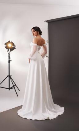 Свадебное платье из белого атласа с расклешенной юбкой