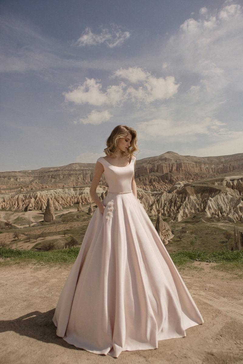 Розовое пышное платье с карманами