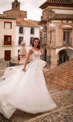 Свадебное платье с легкой юбкой