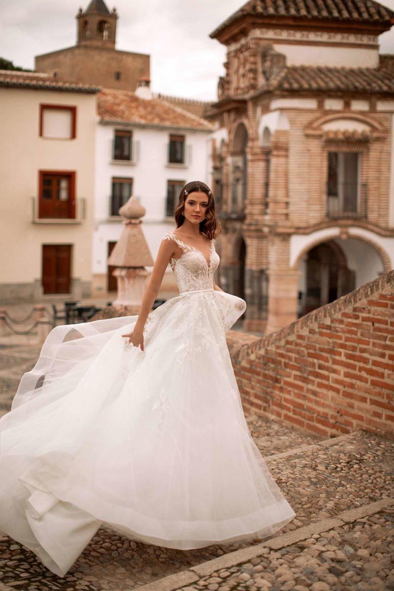 Пышное свадебное платье с легкой юбкой