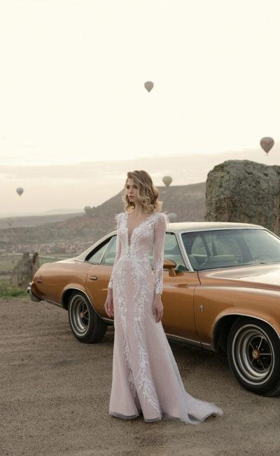 Платье с вырезом и рукавом