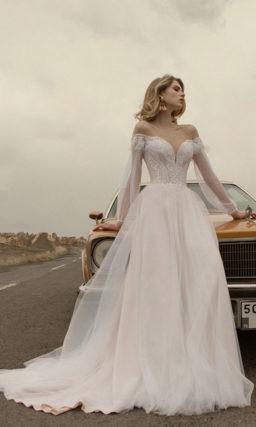 Свадебное платье со спущенным рукавом