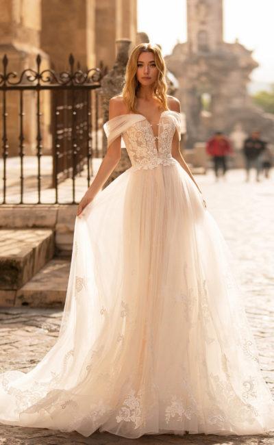 Свадебное платье из полупрозрачного фатина