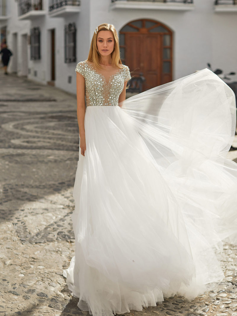 Свадебное платье с блестящим верхом