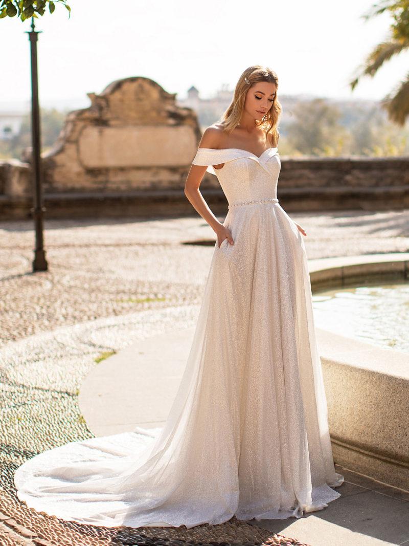 Свадебное платье из мерцающей ткани