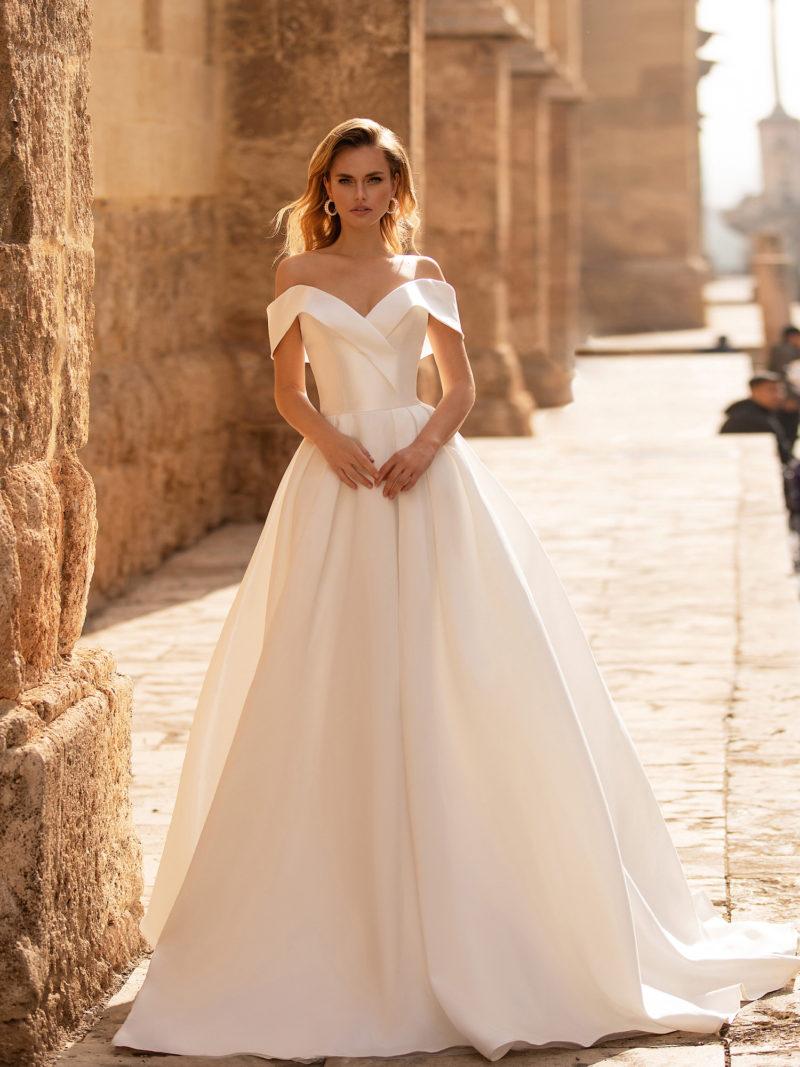 свадебное платье с пышной юбкой из атласа