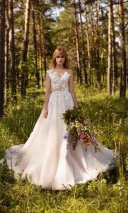 Пышное свадебное платье с асимметричным верхом