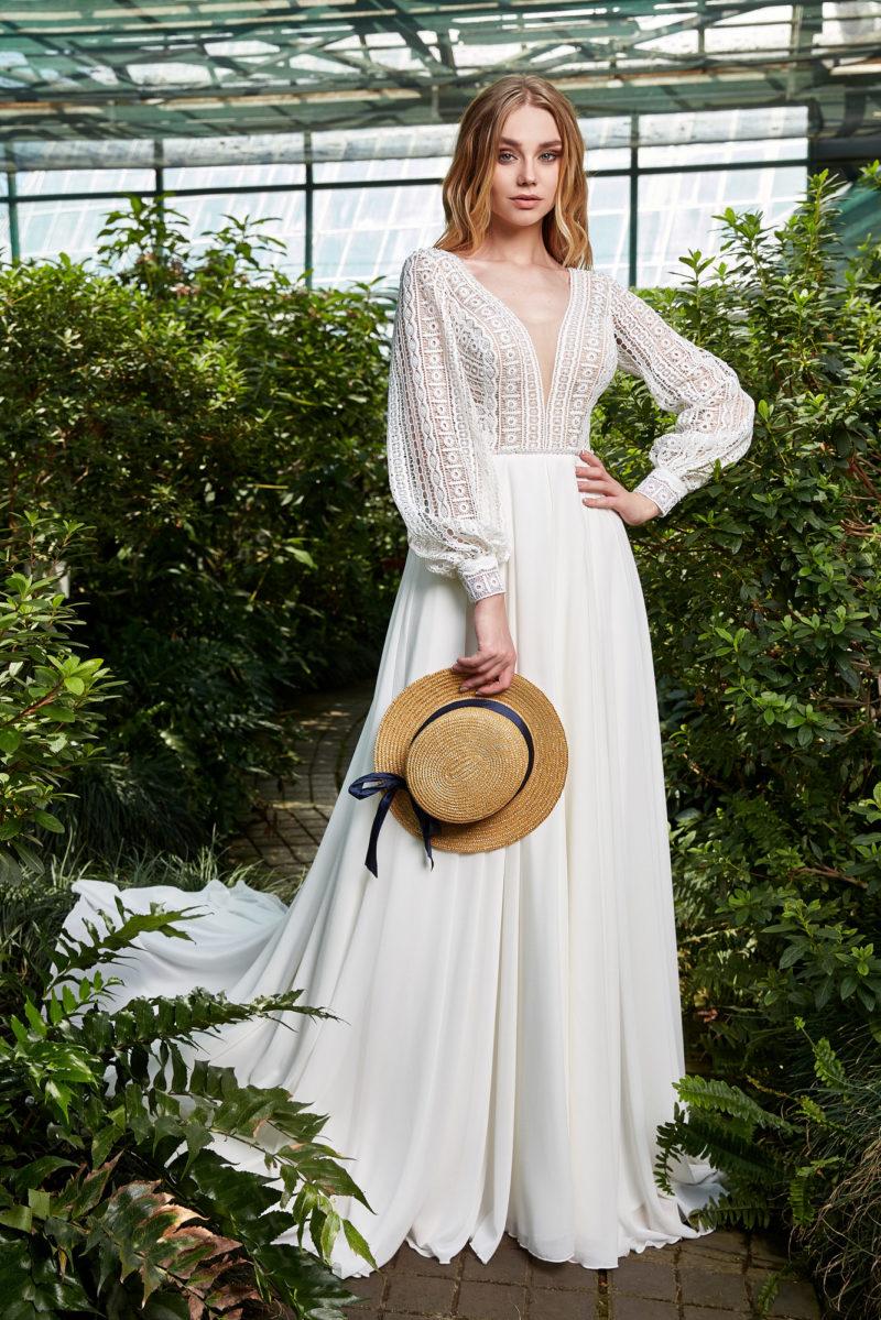 Прямое платье с кружевным рукавом