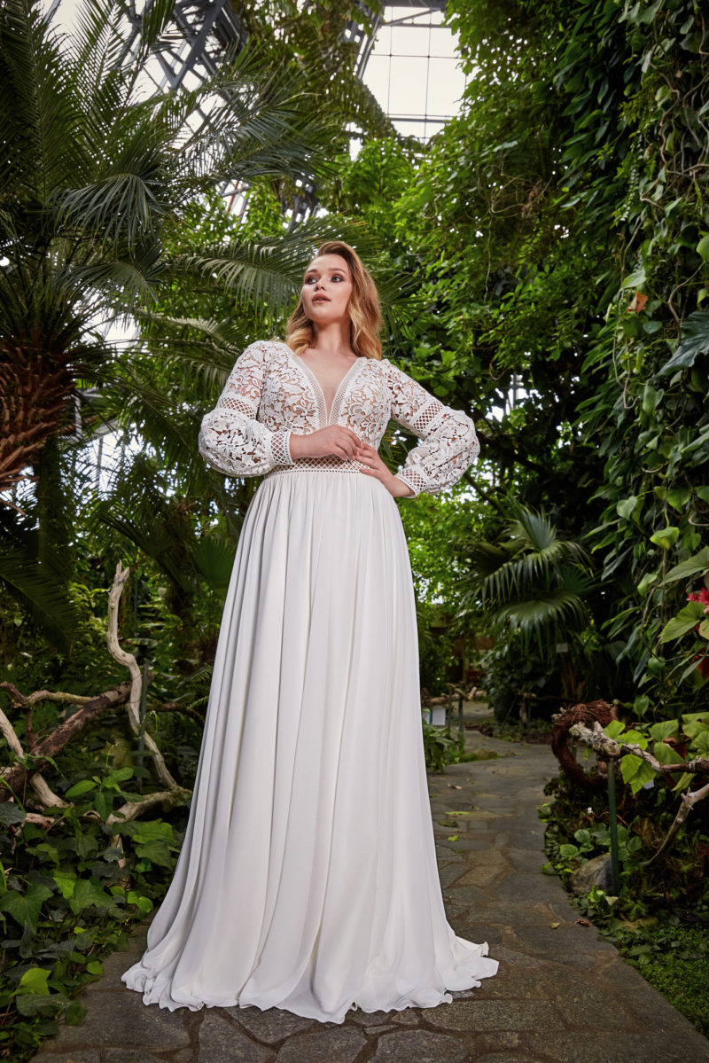 Приталенное свадебное платье с кружевным верхом