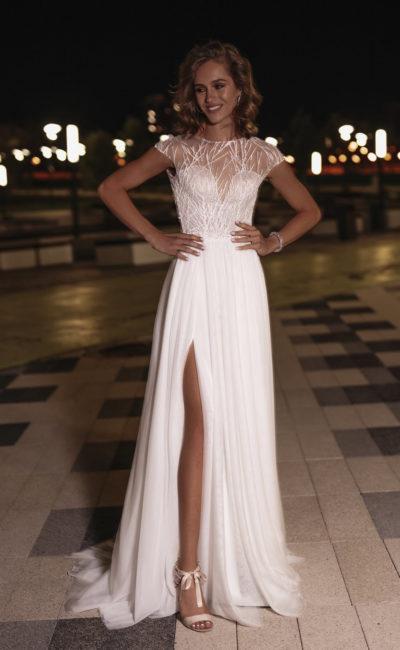 Свадебное платье с короткими рукавам