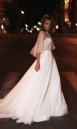 Свадебное платье дополненное короткой накидкой