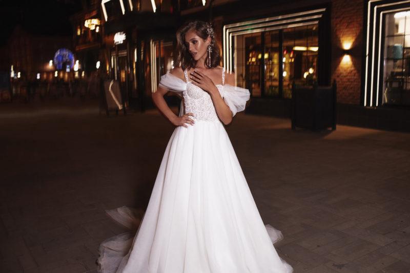 Свадебное платье с корсетом и шлейфом
