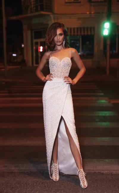 Свадебное платье-футляр с полупрозрачным лифом