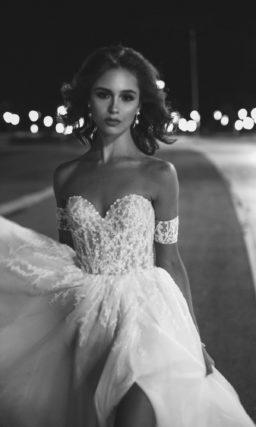 Свадебное платье декорированое фактурной вышивкой