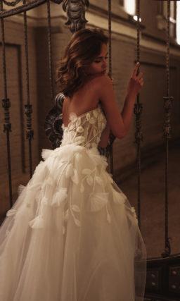 Свадебное платье с объемным декором