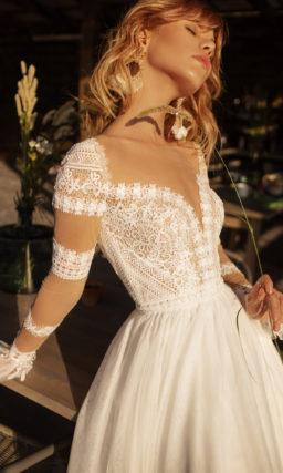 Свадебное платье с цветным рукавом