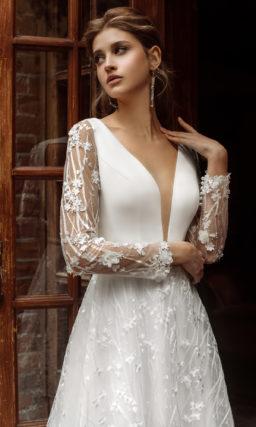 Свадебное платье с глубоким узким вырезом