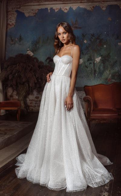 Свадебное открытое платье с многослойной юбкой