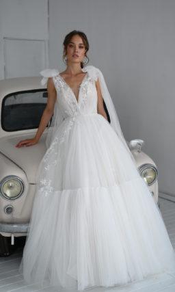 Свадебное платье из фатина с пышной юбкой