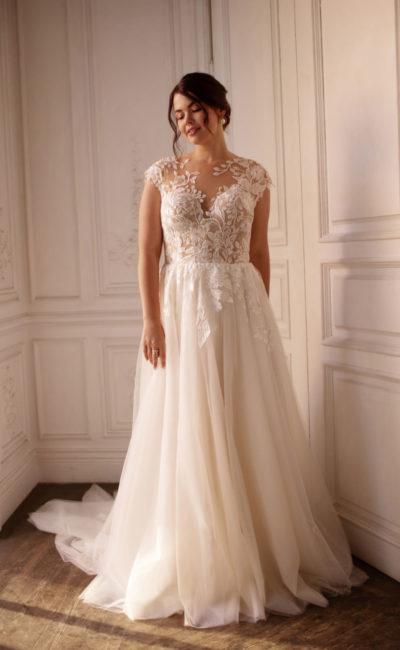 Свадебное платье большого размера украшенное цветочными аппликациями