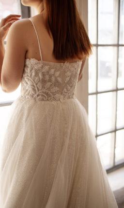 Свадебное платье со сверкающей многослойной юбкой