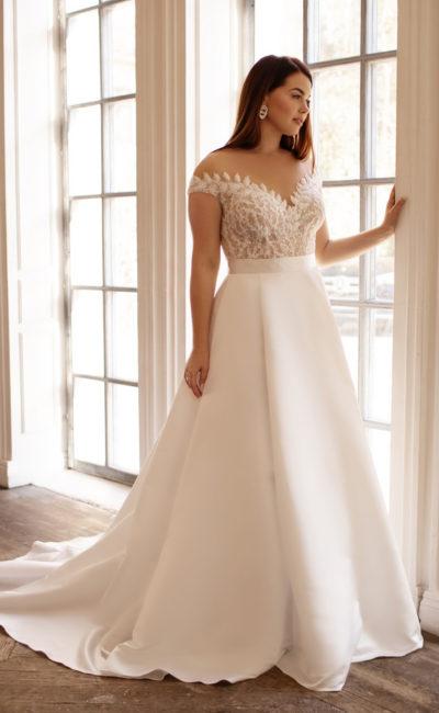 Свадебное платье сочетает юбку из атласа и корсетный лиф