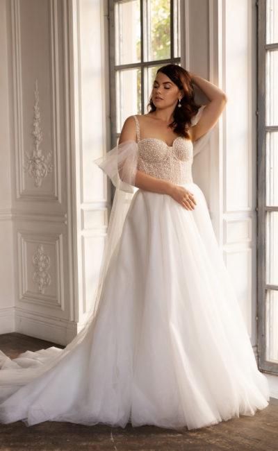 Свадебное платье с многослойной юбкой и величественным шлейфом