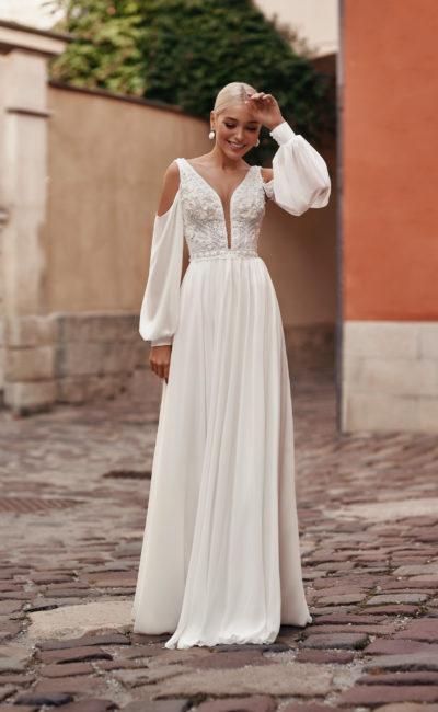 Прямое платье с широким рукавом