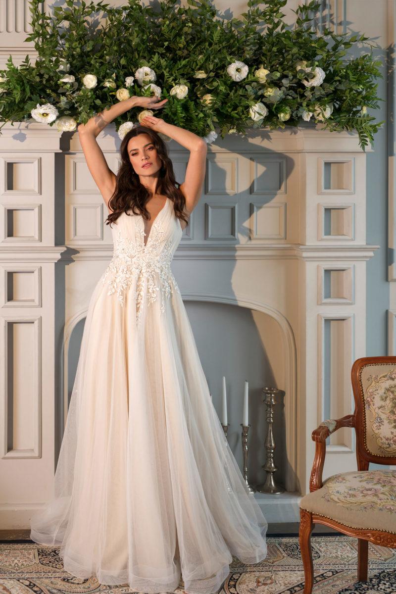 Свадебное платье с многослойной юбкой А-силуэта