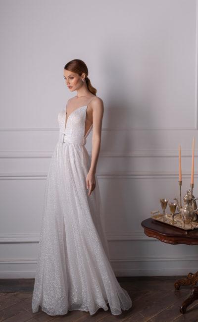 Свадебное платье прямого силуэта из сверкающей ткани