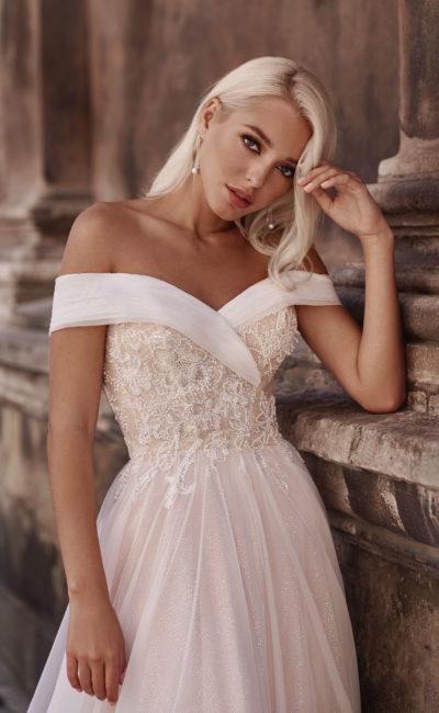 Свадебное платье с драпированными отворотами из шифона