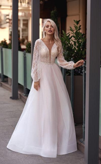 Свадебное платье с длинными свободными рукавами