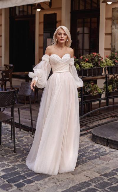 Свадебное платье с многослойной юбкой