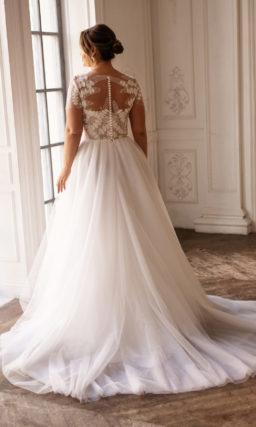 Свадебное платье на полную фигуру с лаконичной многослойной юбкой