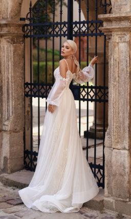 Свадебное платье с полупрозрачными свободными рукавами