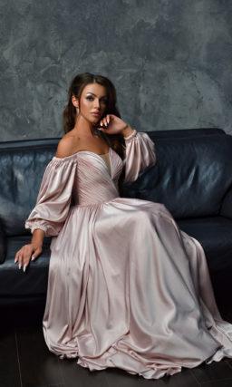 Вечернее платье с глубоким декольте