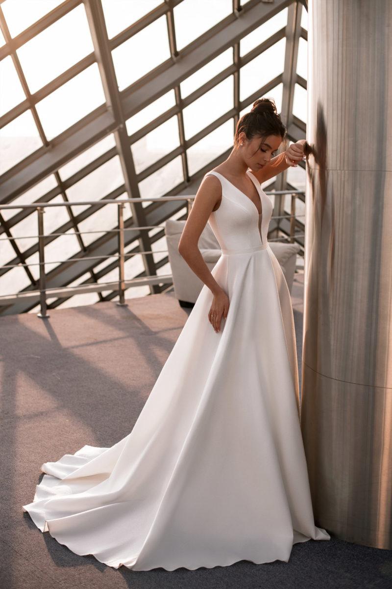 Свадебное платье из атласа с пышной юбкой