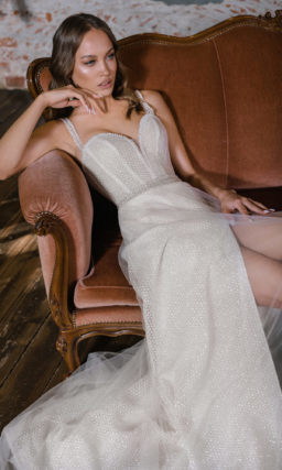 Свадебное платье с высоким разрезом на юбке