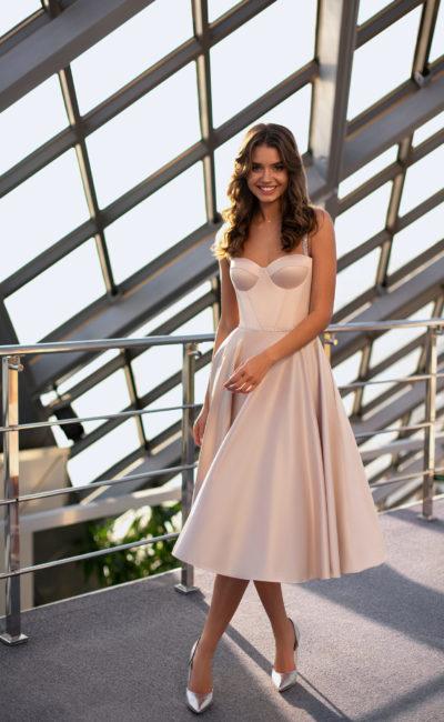 Свадебное платье из пудрового атласа