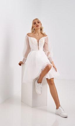Короткое свадебное платье с воздушным рукавом