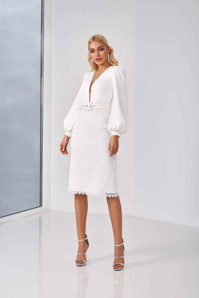 Короткое свадебное платье с рукавом